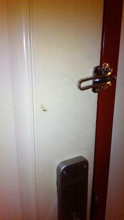 นีแอนติค, คอนเน็กติกัต: some type of goo on door