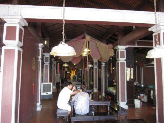 Ngon Restaurant, Phnom Penh, Cambodia: 店内のようす