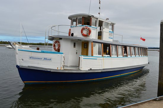Iluka, Australia: The Ferry to Yamba leaves from the dock allowing a coffee while you wait.