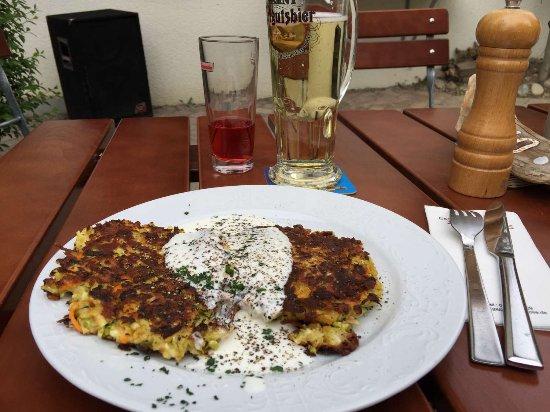 Kressbronn, Germany: Gemüsebratlinge mit Joghurtsauce
