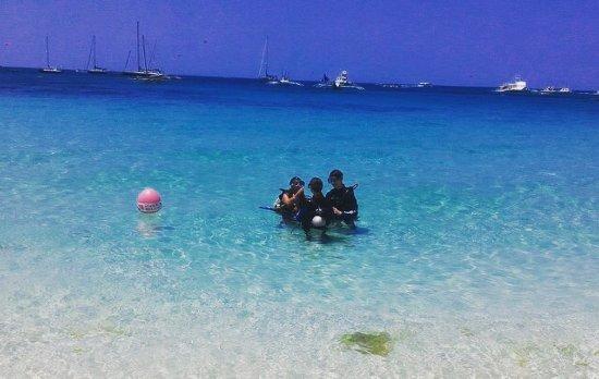 Dive Shop Island Staff : ショップの目の前のビーチ