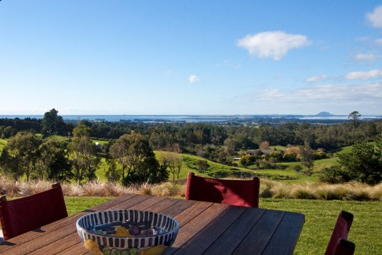 Katikati, New Zealand: View from the front deck where breakfast is served in summer