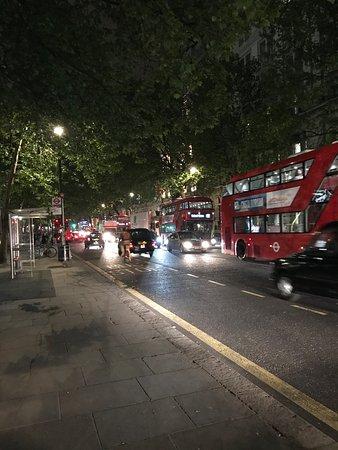 Citadines Trafalgar Square London: A night shot directly in front of Citadines Trafalgar Square,