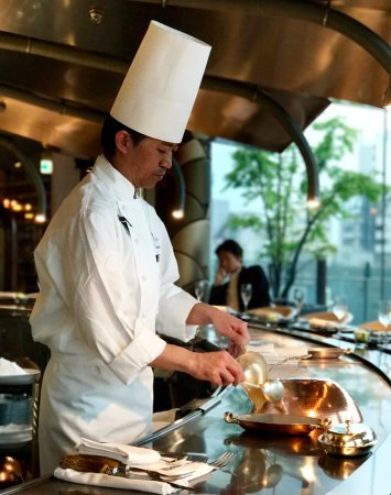 Omotesando Ukaitei: one of the chefs at work at the stainless steel teppanyaki bar