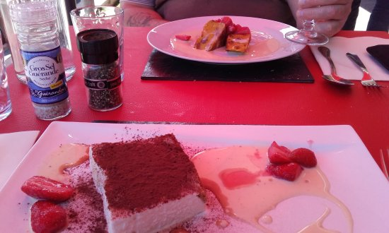 Bourg Saint Maurice, Frankrijk: Farçon savoyard sucré (au fond) et tiramisu glacé