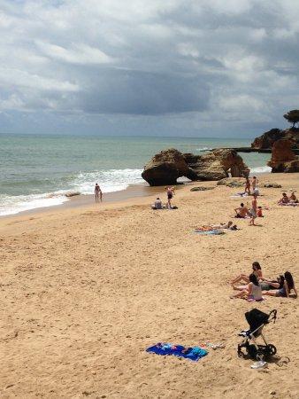 Praia dos Olhos de Água : a dozen steps from the village square