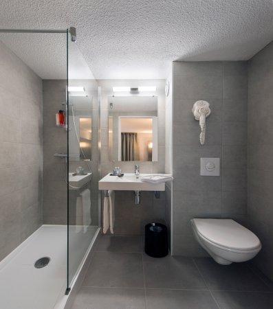 Kyriad Dax - Saint Paul Les Dax : Chambre en rez de chaussée, entiérement rénovée. Literie en 160 x 200 avec salle de douche