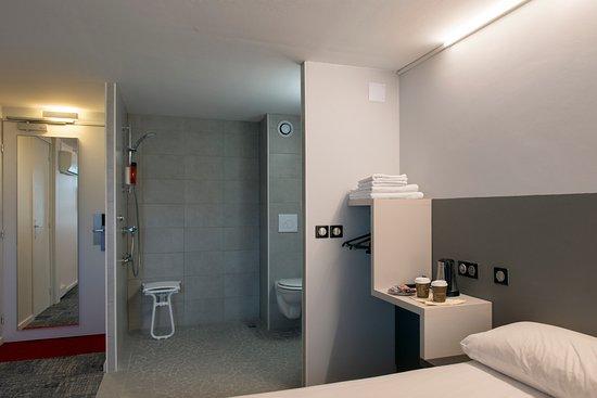 Kyriad Dax - Saint Paul Les Dax : Chambre handicapée en rez de chaussée, entiérement rénovée.