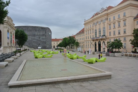 MuseumsQuartier Wien: La piazza principale del Museum Quartier con il Mumok sullo sfondo e le sdraio a disposizione