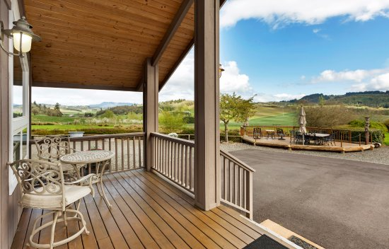 Abbey Road Farm B&B : A view toward the habitat deck and the Guadalupe Vineyard from the deck of the Silo Suites