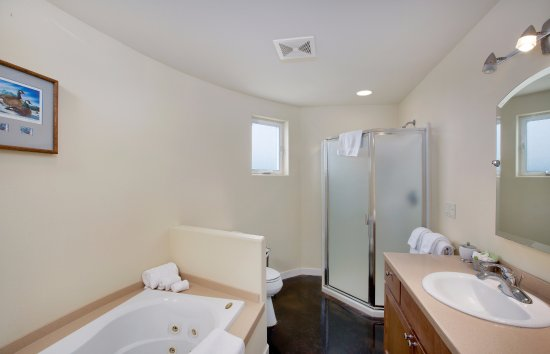 Carlton, OR: Each bathroom features a jacuzzi tub and separate shower (and radiant floor heat to warm your to
