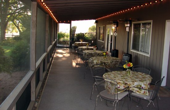 Abbey Road Farm B&B: Weather permitting, we share all of Oregon's beauty with you in our screened breakfast dining pa