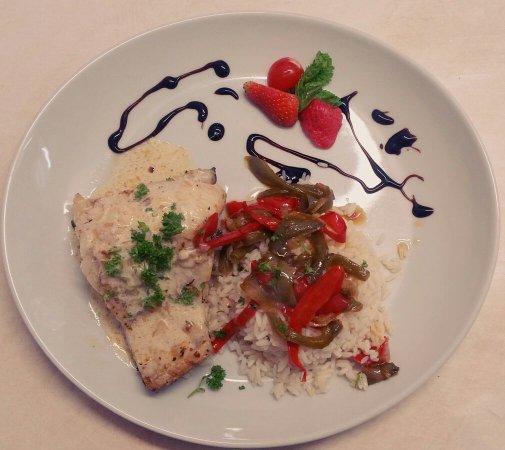 Salies-de-Bearn, Prancis: Filet de merlu , poivrons et riz .