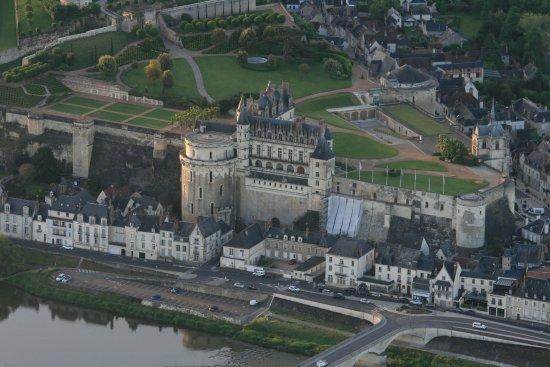Amboise, France : Photo du château royal,que j'ai pris lors de mon baptême en montgolfière