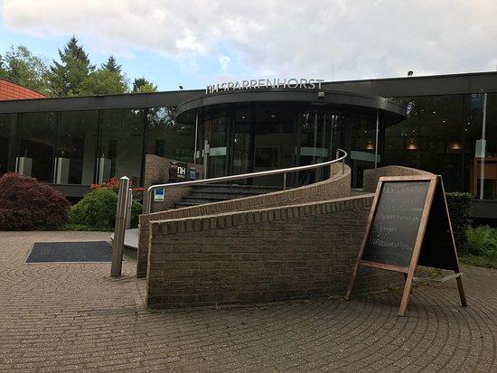 NH Veluwe Sparrenhorst: Bel hotel, calme et romantique mais le caca sur la vitre ne devrait pas être là pour un 4 étoile