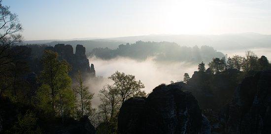 Bastei, Tyskland: 100 Schritte vom Hotel entfernt am zeitigen Morgen