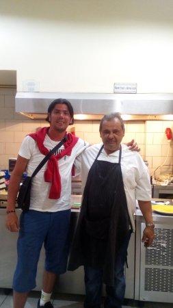 O Gyros Tou Maleme: Io con il simpatico propietario e cuoco.