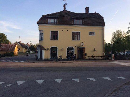 Kagerod, Suecia: Pizzeria på bottenvåningen. Trafikerad väg på vänster sida och parkering på höger sida.