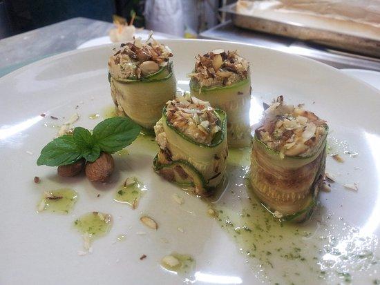 Serra San Quirico, Italia: involtini di zucchine ripieni di tofu e menta glaciale con granella di mandorle tostate