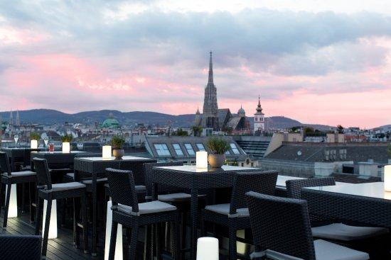 The Ritz-Carlton, Vienna: Genießen Sie erfrischende Cocktails bei atemberaubendem Sonnenuntergang über Wien.