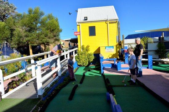 Lakes Entrance, Australia: Footbridge Mini Golf, Icecream & Lolly Shop