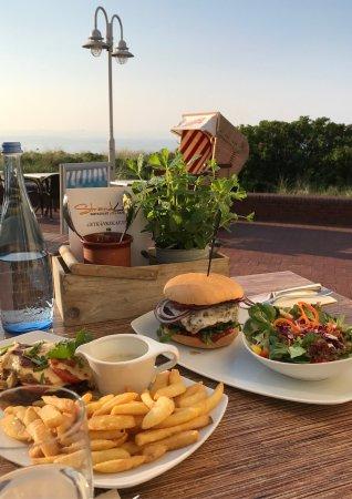 Wangerooge, Tyskland: Entrecote, Kaiserburger und Pulledpork-Burger waren ein wunderbares Essen in der Abendsonne. Ges
