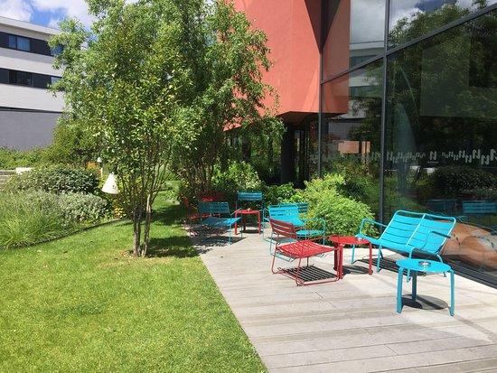 Le Mesnil-Amelot, France: Un lieu qui permet d'oublier la proximité de l'aéroport : beaucoup de verdure.