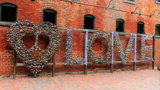 Go Tours Canada : Padlock wall art