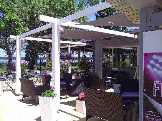Landes, France: terrasse mi-ombre mi soleil au bord du lac, un moment de détente garantie