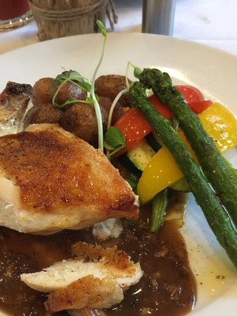 Cornwall, Canadá: Stuffed coq au vin with roasted potatoes and fresh roasted veggies