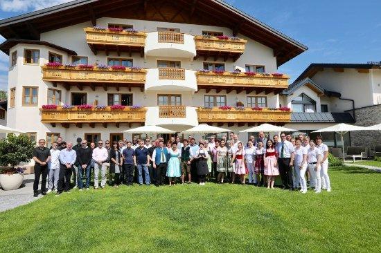 Grünauer Hof: Windstar Cruises Senior Offiziere und das Personal des Gruenauer Hofs mit Familie Eisl