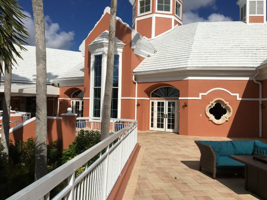 Hilton Grand Vacations at SeaWorld: オフィス棟を裏から見る