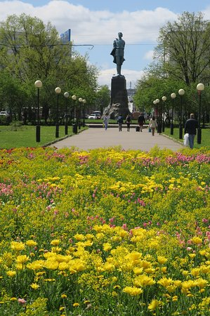 Gorky Statue: Май 2017