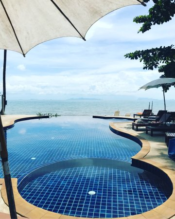 Lipa Noi, Thailand: Lipa Lodge pool and drinks.
