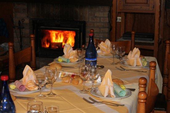 Ala di Stura, Italien: Saletta dove si possono degustare le specialità tipiche davanti al rustico caminetto.