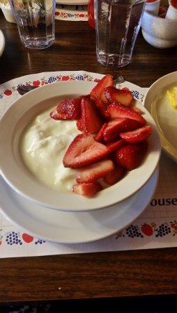 Paula's Pancake House: Yogurte caseiro com morangos frescos