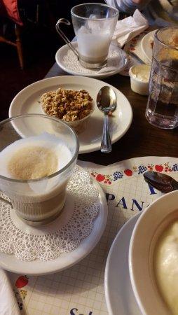 Paula's Pancake House: Capuccino e granola da casa