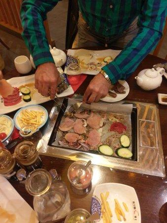 Velizy-Villacoublay, Frankrig: Мясная тарелка для самостоятельного гриля, стоит 17,5 евро на человека. Роллы входят в цену