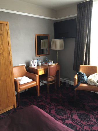 The Royal Hop Pole: Room 201 - lovely large room with a great view from the window.