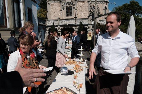 Weggis, Swiss: Patrik Dahinden am Apéro-Tisch