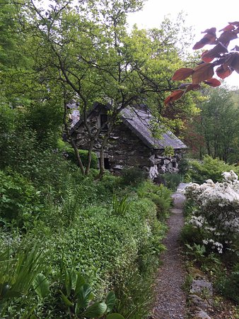 Capel Curig, UK: Gardens around the Ugly House