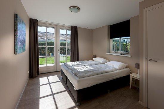 slaapkamer begane grond Type Cypres XL - Foto van Bungalowpark ...