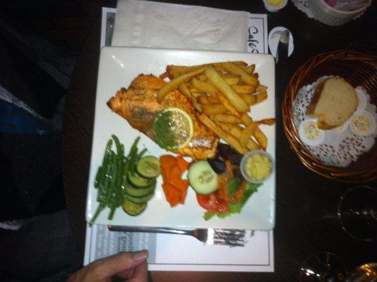 Cafe Resto Le Gavroche: saumon grillé méridional