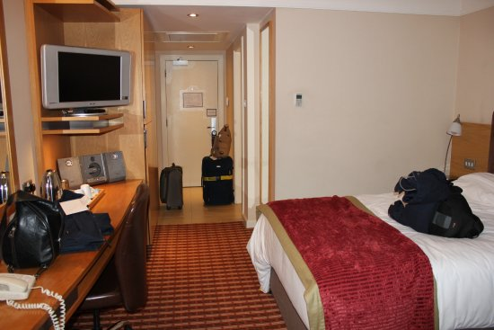 The Croke Park: Two comfortable bes in our room! Very modern!