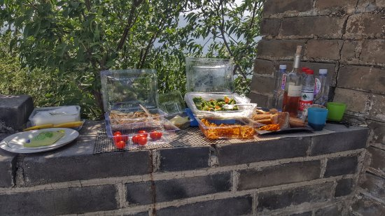 Side-car Motorcycles Trips - Beijing Sideways : Delicious lunch on a section of the wall that you have all to yourself