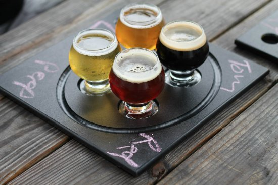 ฟรีพอร์ต, เมน: Great variety of beers on tap—10 oz pours, or 5 oz flights available.
