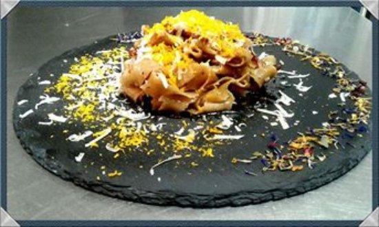 San Martino al Cimino, Italia: Fettuccine di Nocciole con Guanciale, Uovo disidratato e Pecorino