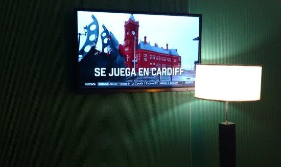 Ker Urquiza Hotel & Suites: Aquí puede verse la mala ubicación de la lámpara. Desde el lado derecho de la cama, era imposibl