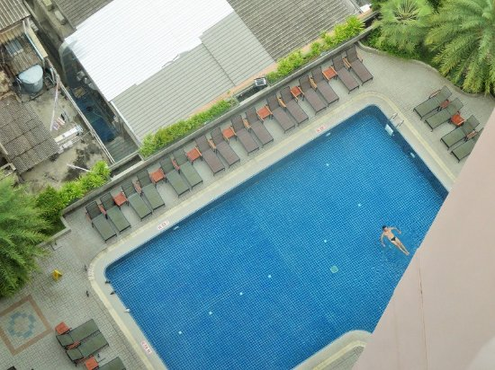 Rembrandt Hotel Bangkok: View of the pool from the room