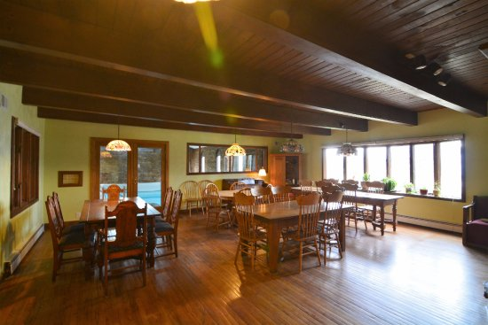 Fennville, MI: Large dining room for guests. Full, hot breakfast served on the weekends & DAILY starting June 1